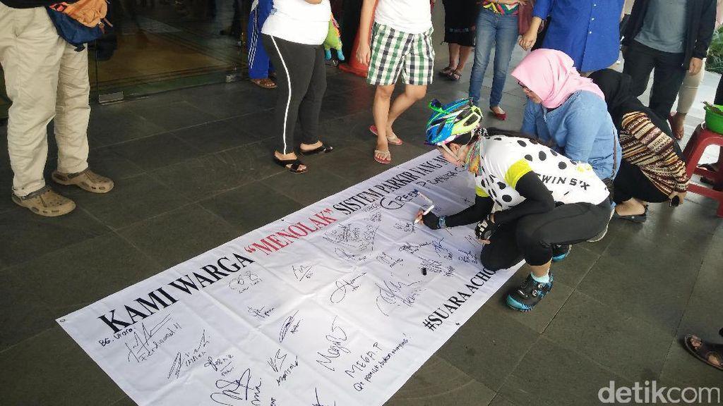 Gelar Aksi Damai, Penghuni Green Pramuka Galang Petisi Dukung Acho
