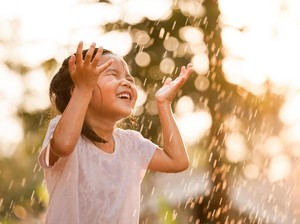 Pelajaran yang Didapat Anak Saat Hujan-hujanan