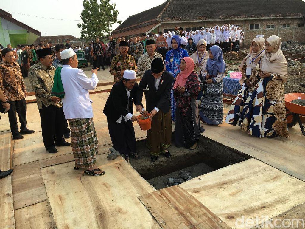 Jokowi Resmikan Pembangunan Masjid dan Asrama Ponpes di Jember