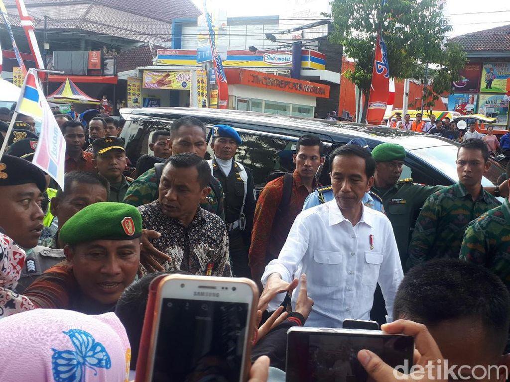 Nonton Karnaval Jember, Jokowi: Tak Kalah dengan di AS dan Brasil