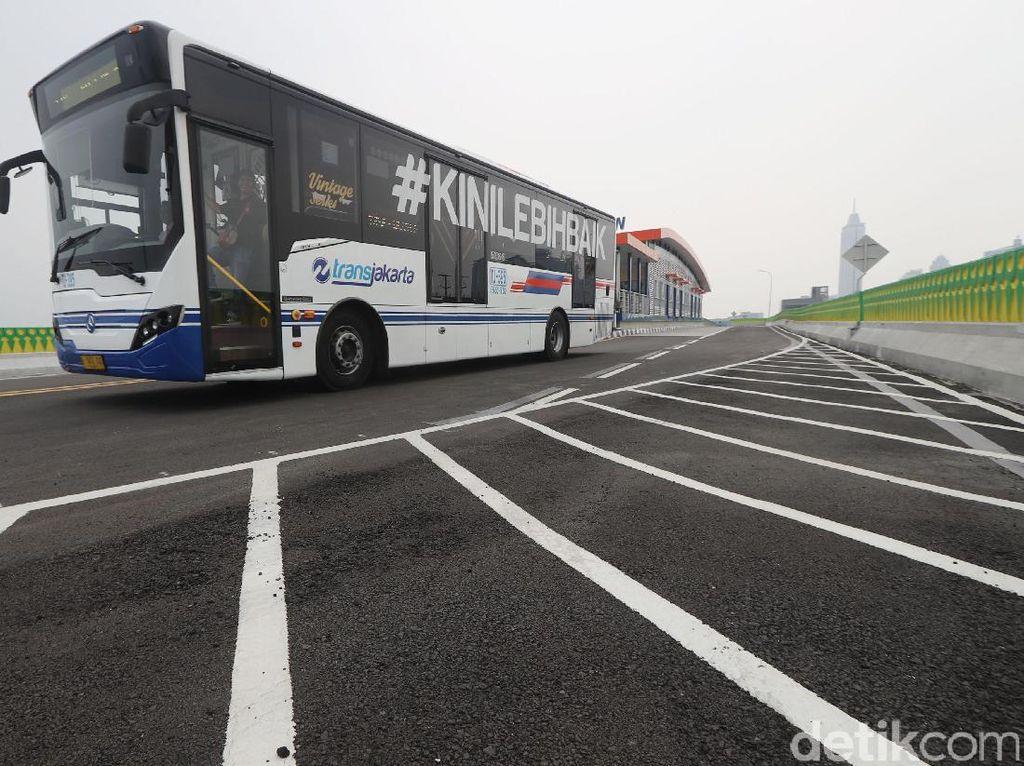 Perbandingan 100 Orang Bawa Kendaraan Pribadi dengan Naik Bus