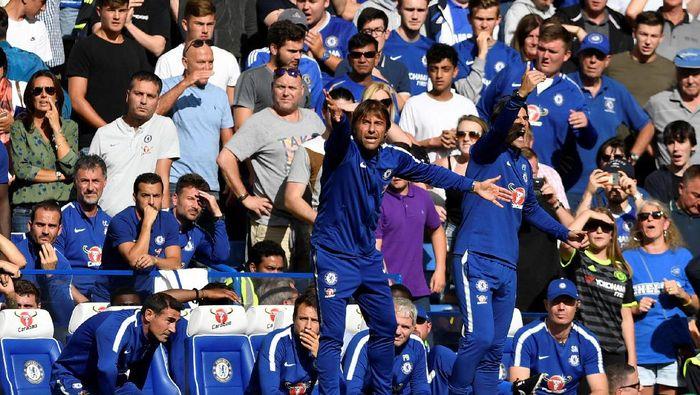 Manajer Chelsea Antonio Conte tampil serba biru dalam balutan seragam track suit klubnya. Sebuah penampilan klasik ala pelatih-pelatih sepakbola. (Foto: Tony OBrien /Reuters)