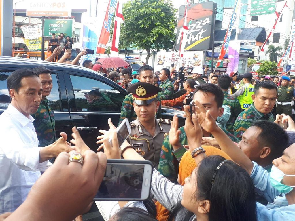 Foto: Perjuangan Menyentuh Tangan Jokowi