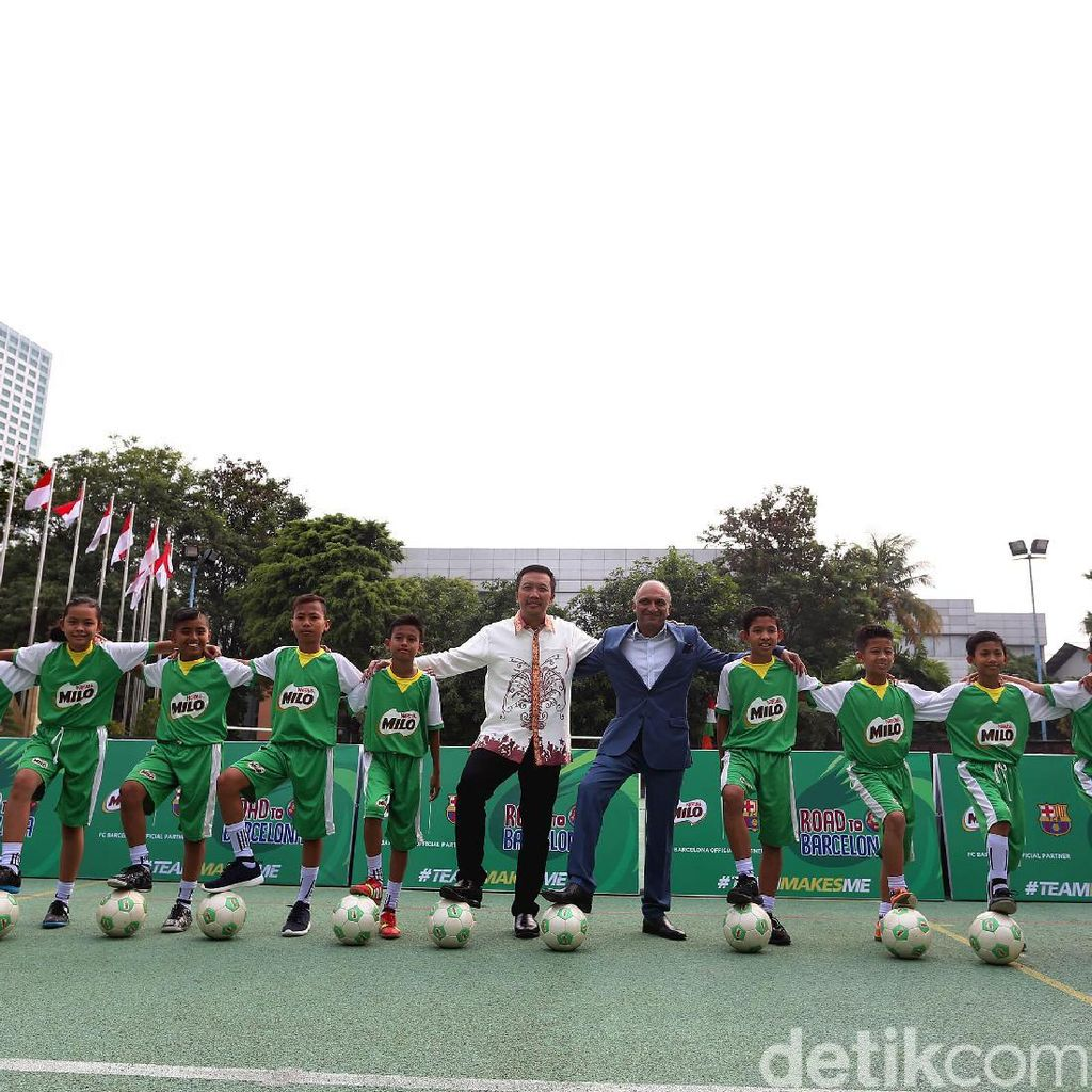 Menpora Lepas 10 Anak Indonesia yang Akan Berlatih ke Barcelona