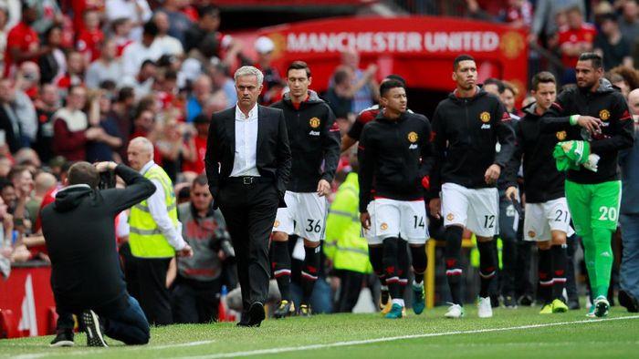 Jose Mourinho, manajer Manchester United, memakai setelan hitam. Kancing jasnya terus dibiarkan terbuka, memperlihatkan kemeja putih. Rapi sekaligus santai. (Foto: Jason Cairnduff/Action Images via Reuters)