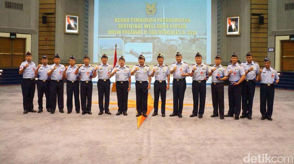 KSAU Beri Penghargaan ke 10 Kru Pesawat Hercules