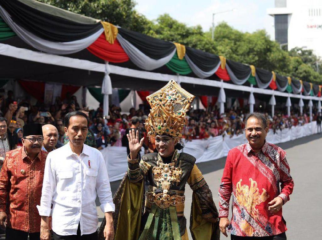 Foto: 7 Gaya Jokowi Kembali Tampil Kekinian Pakai Sneakers Putih