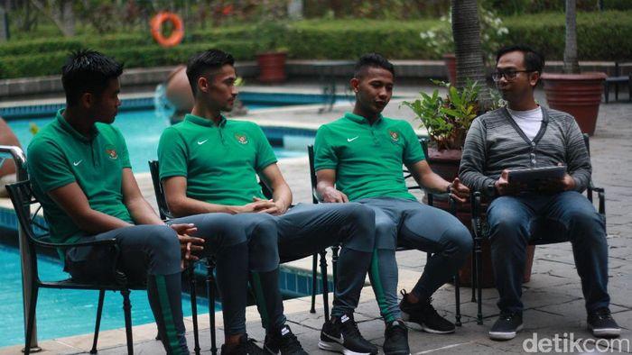 Kartika Ajie, Gavin, dan Gian Zola ngobrol dengan Lucas Aditya dari detikSport.(Femi Diah/detikSport)