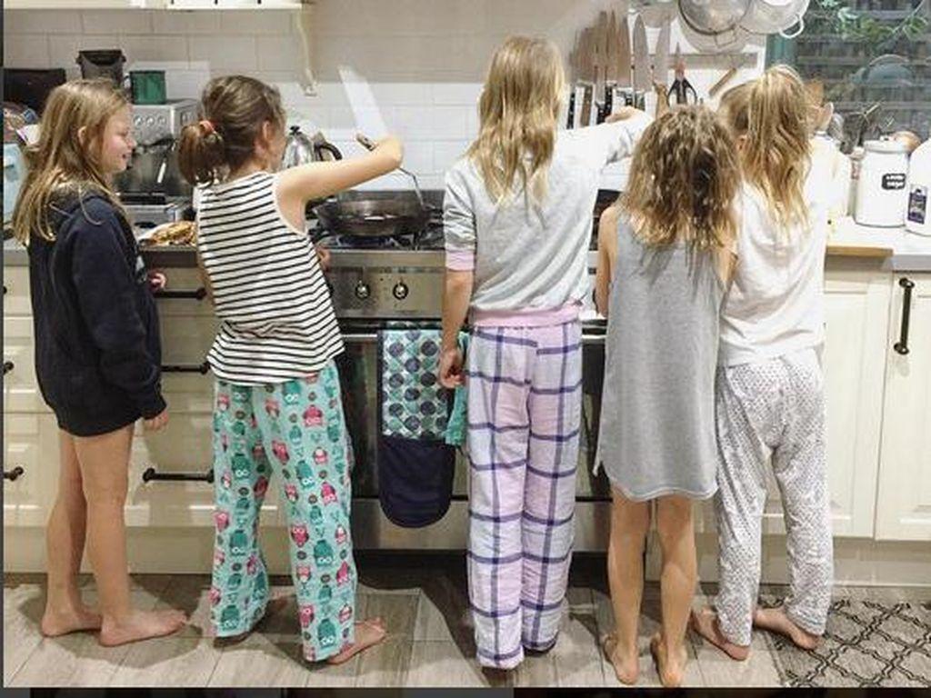 Foto: Keseruan Anak-anak Saat Masak di Dapur
