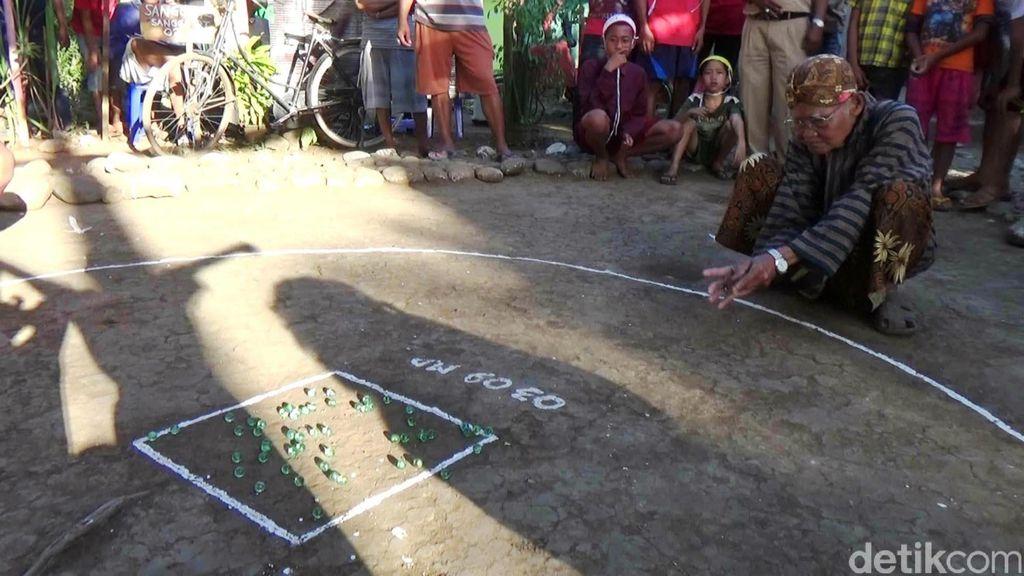 Para Lansia di Purworejo lomba main kelereng untuk memeriahkan HUT kemerdekaan RI