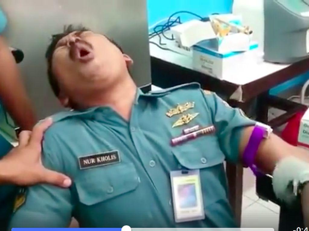 Video: Ekspresi Kocak Anggota TNI Histeris Saat Hendak Disuntik