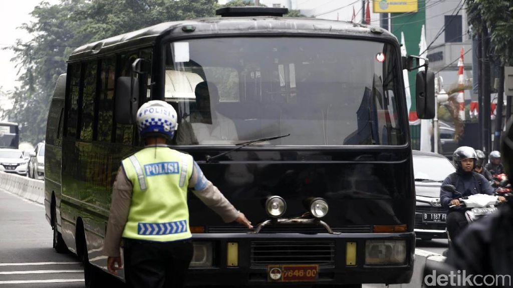 Terobos Busway, Angkot Hingga Bus Kemenhan Ditindak Polisi