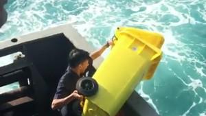 Viral Video Petugas Kapal Buang Sampah ke Laut, Pelni Minta Maaf