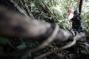 Foto: Ketika Tentara Indonesia dan Malaysia Patroli Bersama