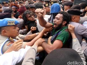 Ricuh, Aksi Aliansi Mahasiswa Papua Dibubarkan