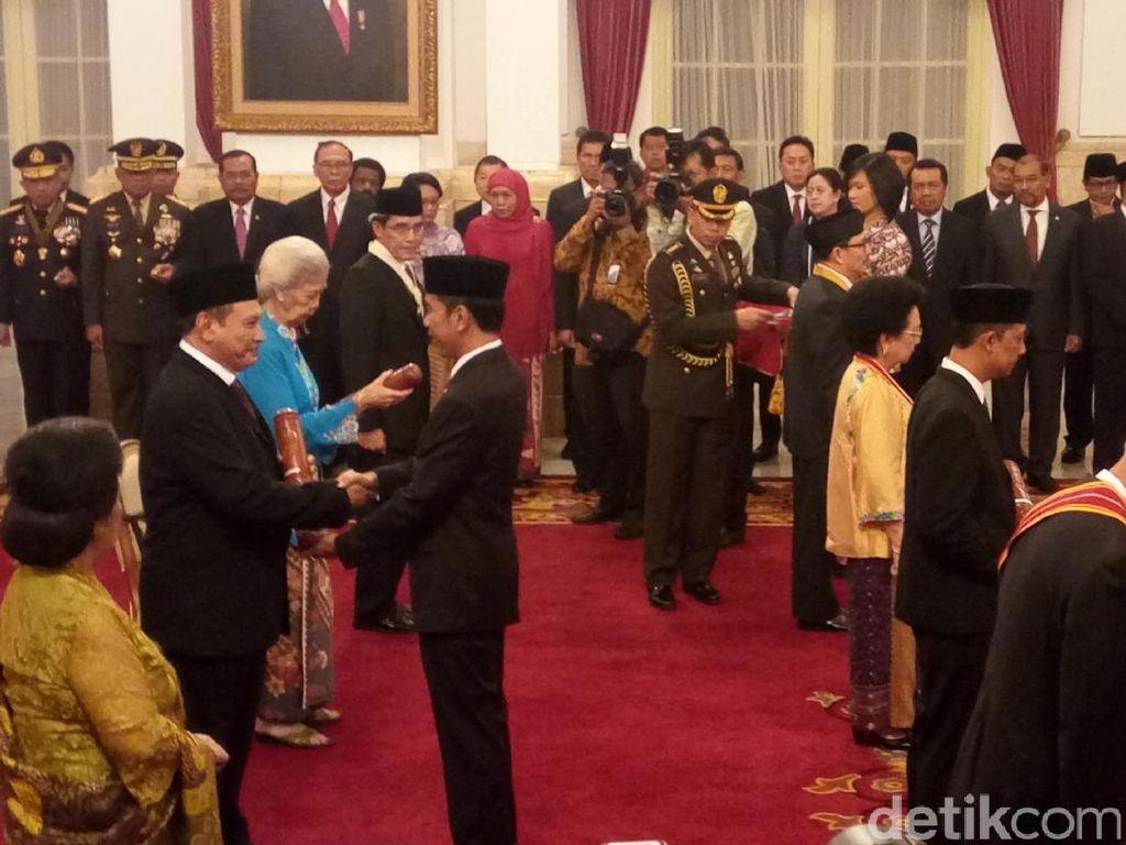 Jokowi Beri Tanda Kehormatan ke Hasyim Muzadi hingga Bagir Manan