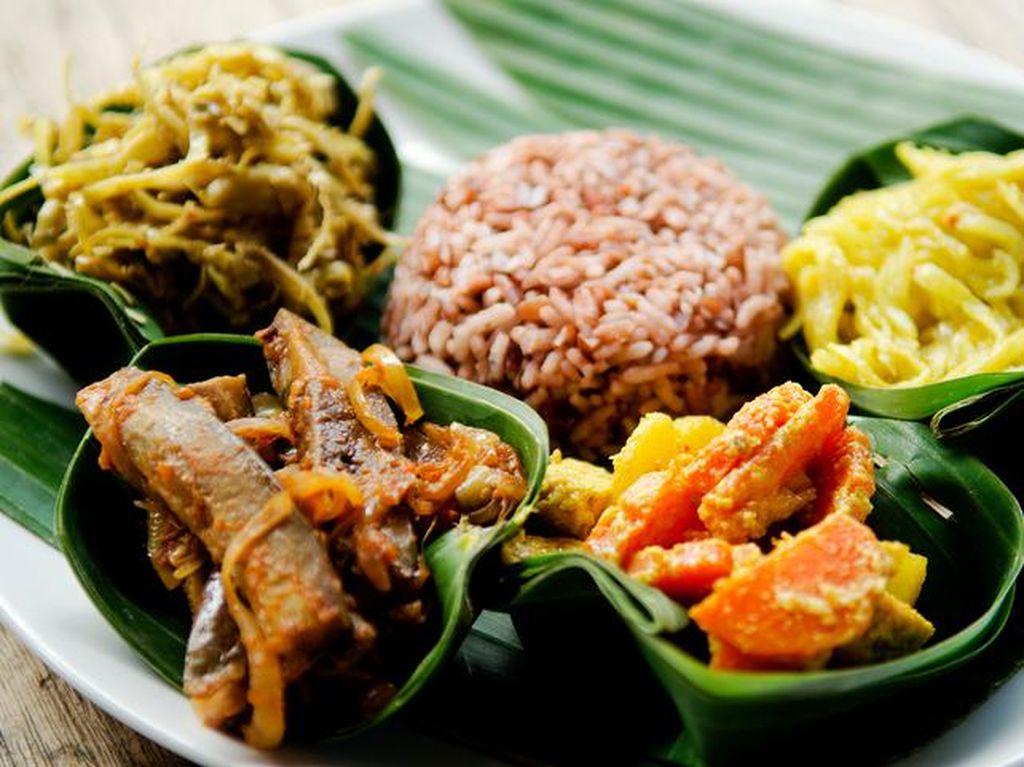 Dijamin Kekenyangan! 7 Racikan Nasi Komplet Tradisional untuk Makan Siang