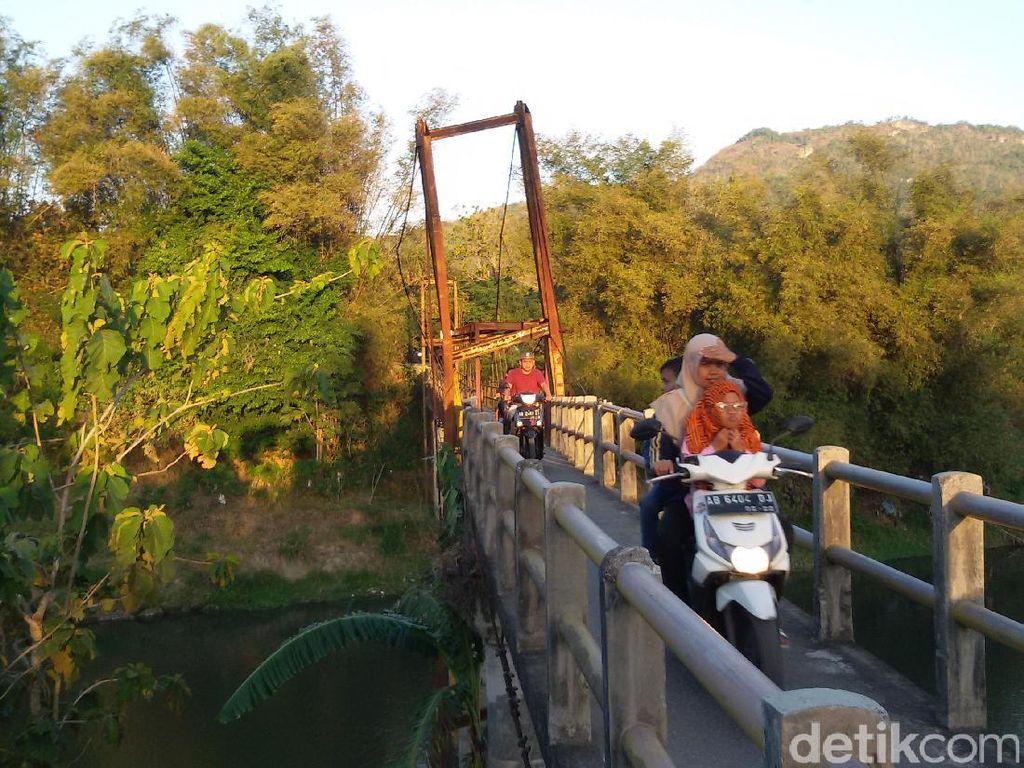 Melihat Nekatnya Warga saat Melintasi Jembatan Miring di Bantul
