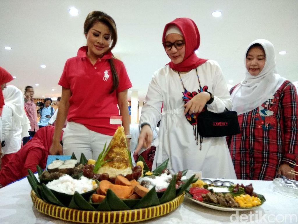 Organisasi Wanita di Surabaya Lomba Nyusun Tumpeng Polo Pendem