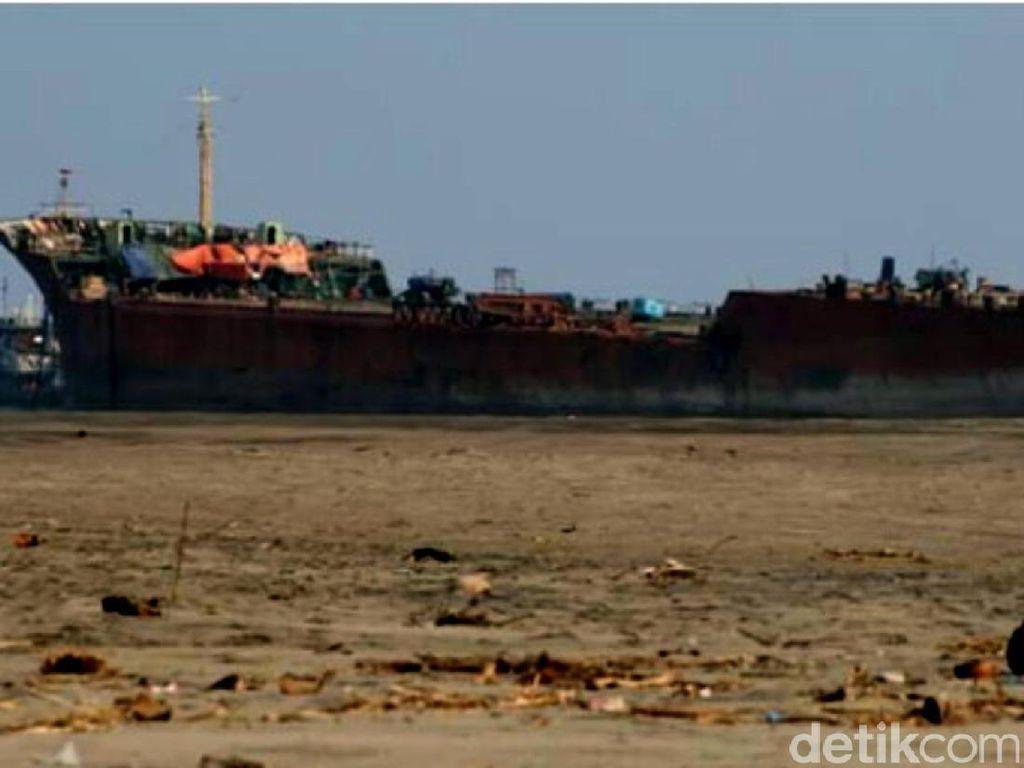 Tugboat Rusak, Kapal Tanker Terdampar di Perairan Cianjur