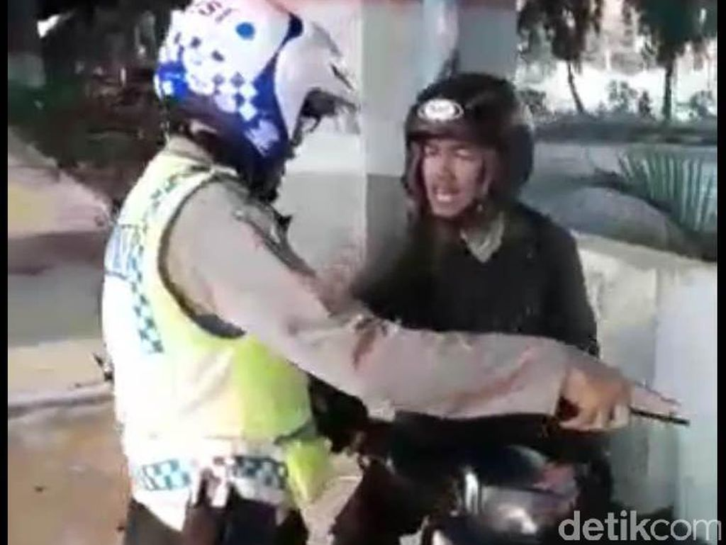Video Pengendara Ngamuk dan Rusak Motornya karena Ditilang