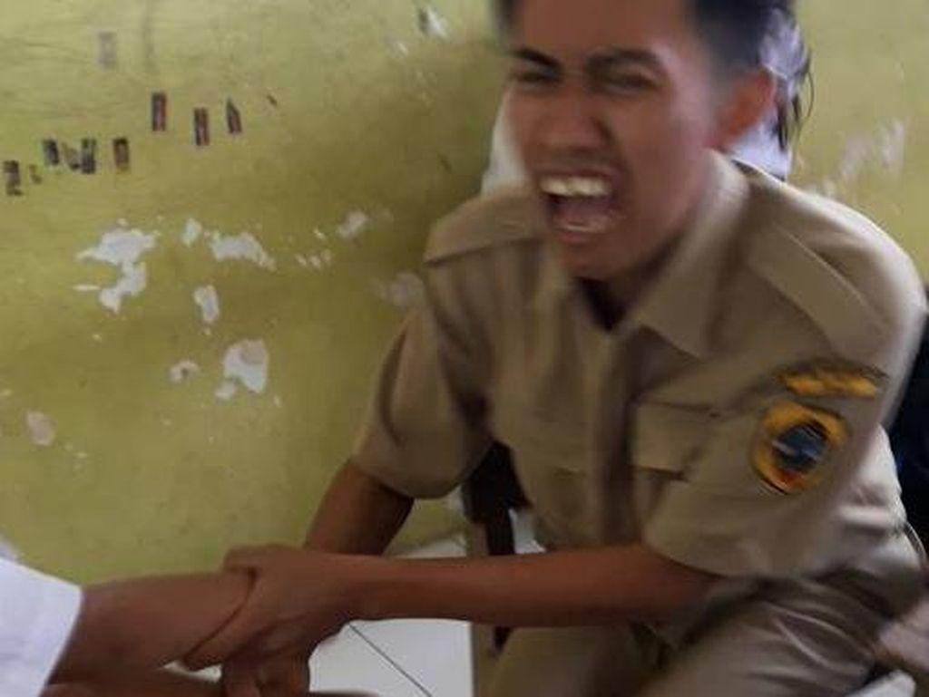 Viral, Video Guru Jadi Korban Tendangan Maut Siswi Takut Disuntik