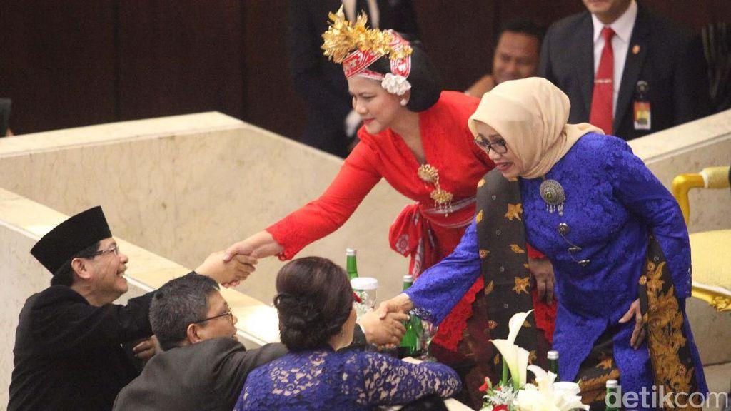 Foto: Cantiknya Bu Iriana Jadi Wanita Bali, Bu Mufidah Berkebaya
