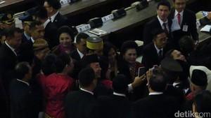 Foto: Saat Jokowi Diserbu Ajakan Selfie Anggota Dewan