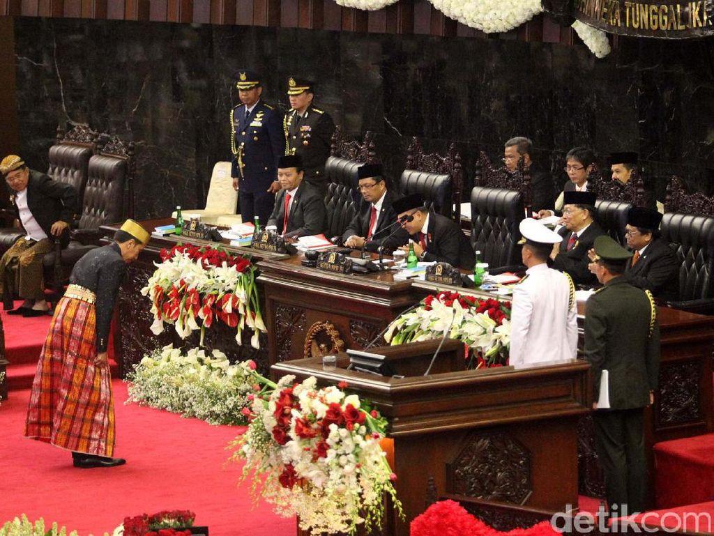Saat Jokowi Bungkukkan Badan ke Anggota Dewan di Sidang Tahunan