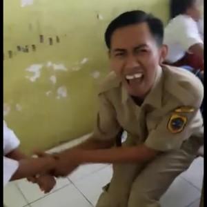 Foto: Ekspresi Guru Ditendang Selangkangannya Saat Bujuk Murid Imunisasi