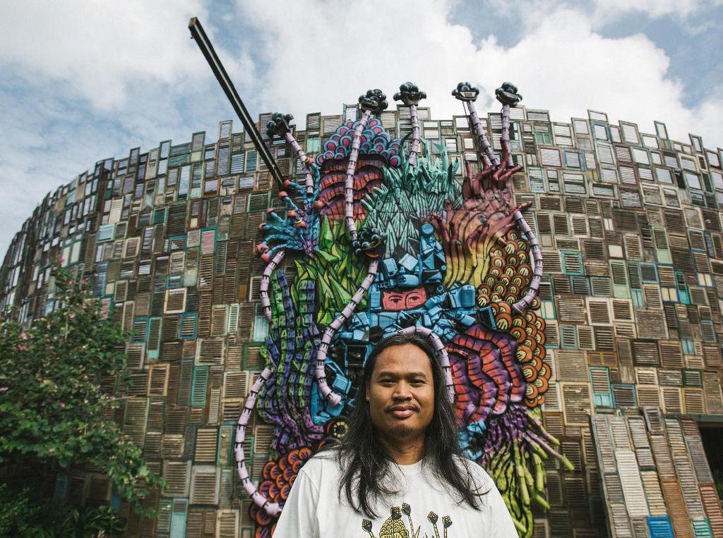 Eko Nugroho Buat Karya Patung dari Sampah Plastik