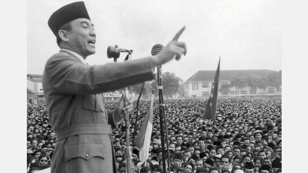 Presiden Sukarno saat berpidato di hadapan ratusan ribu orang di Makasar.