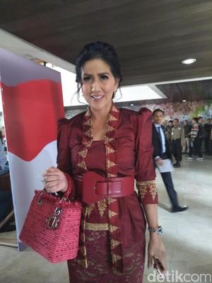 Foto: Bersongket Merah, Venna Melinda Cantik Banget di Sidang Tahunan