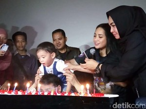 Bawa Kue Ulang Tahun, Mama Rieta Hadiri Ulang Tahun Rafathar