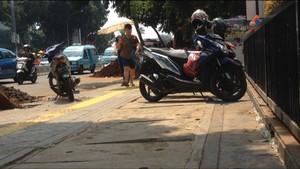 Terlalu, Trotoar di Jatinegara yang Baru Dipermak Jadi Parkir Motor