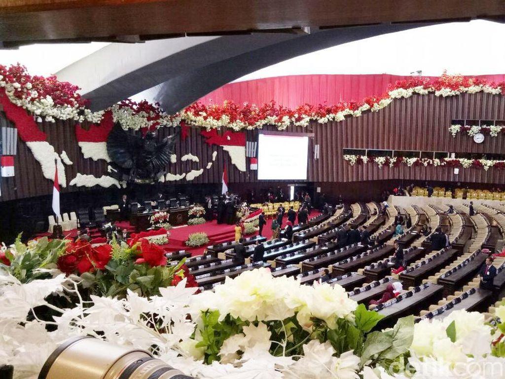 Nuansa Merah Putih Sambut Jokowi di Parlemen