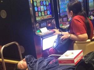 Miris, Ibu Main Kasino Sambil Bawa Anaknya yang Difabel