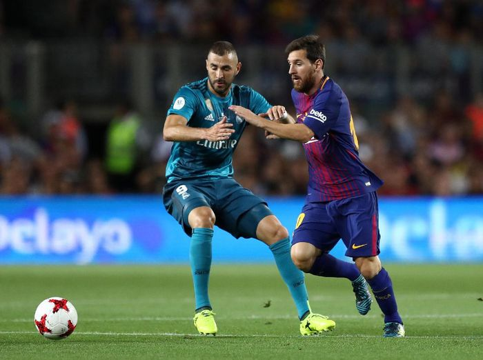 Soccer Football - Barcelona v Real Madrid Spanish Super Cup First Leg - Barcelona, Spain - August 13, 2017   Barcelona's Lionel Messi in action with Real Madrid's Karim Benzema   REUTERS/Juan Medina