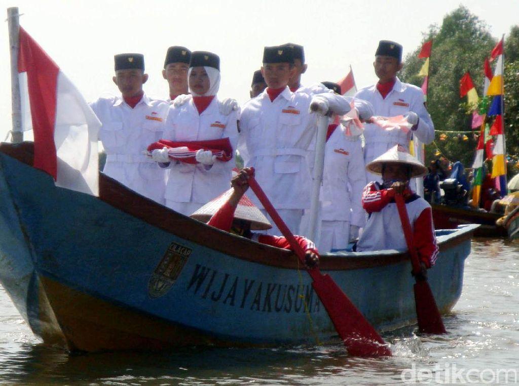 Seru! Upacara Bendera di Tengah Laguna