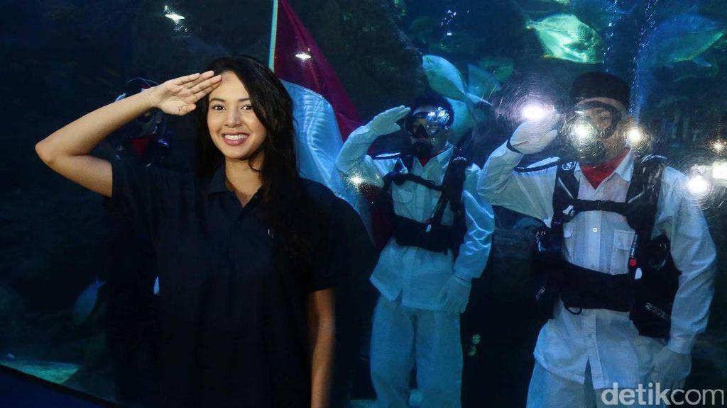 Keren! Aurelie Moeremans Kibarkan Merah Putih di Bawah Air
