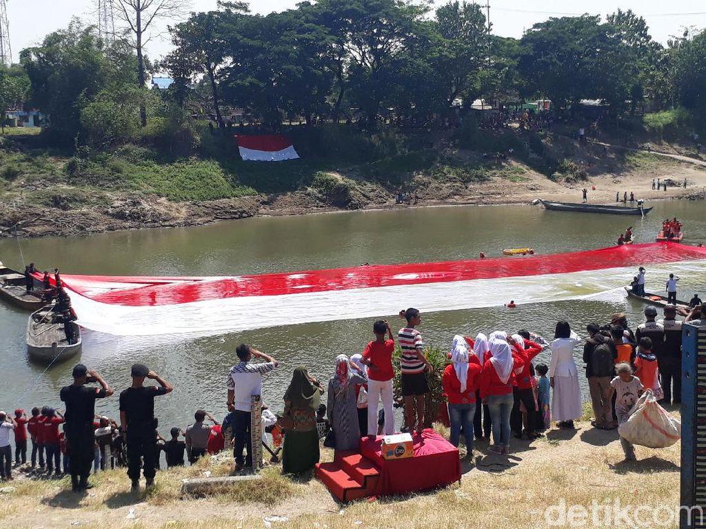 HUT RI, Warga Bojonegoro Kibarkan Bendera di Sungai Bengawan Solo