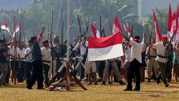 Tentara Keamanan Rakyat (TKR) bersama rakyat mengibarkan bendera merah putih setelah berhasil mengalahkan tentara sekutu dalam sosiodrama pertempuran Palagan Ambarawa, pada peringatan HUT Ke-72 RI di Lapangan Pancasila Semarang, Jawa Tengah, Kamis (17/8). Sosiodrama melibatkan sekitar 300 personel dari TNI, pelajar, dan sejumlah elemen masyarakat. ANTARA FOTO/R. Rekotomo/foc/17.
