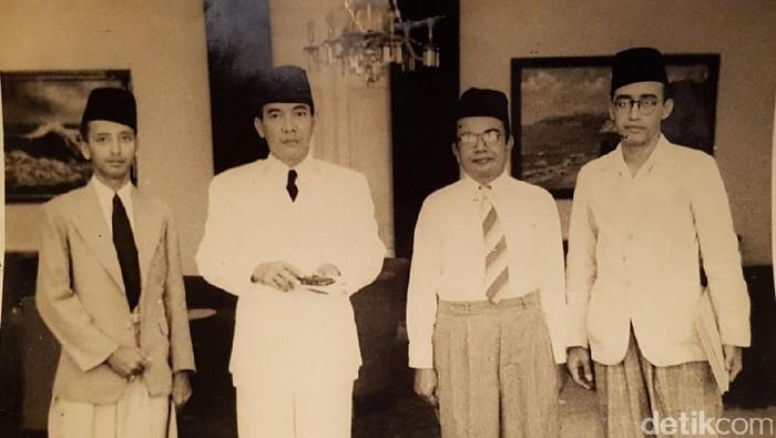 (Kiri ke Kanan) M. Asad Shahab, Presiden Sukarno, serta dua pendiri APB, Muhammd Alhabsyi dan M. Dhya Shahab /Foto: (Foto: Koleksi A. Mutalib Shahab)