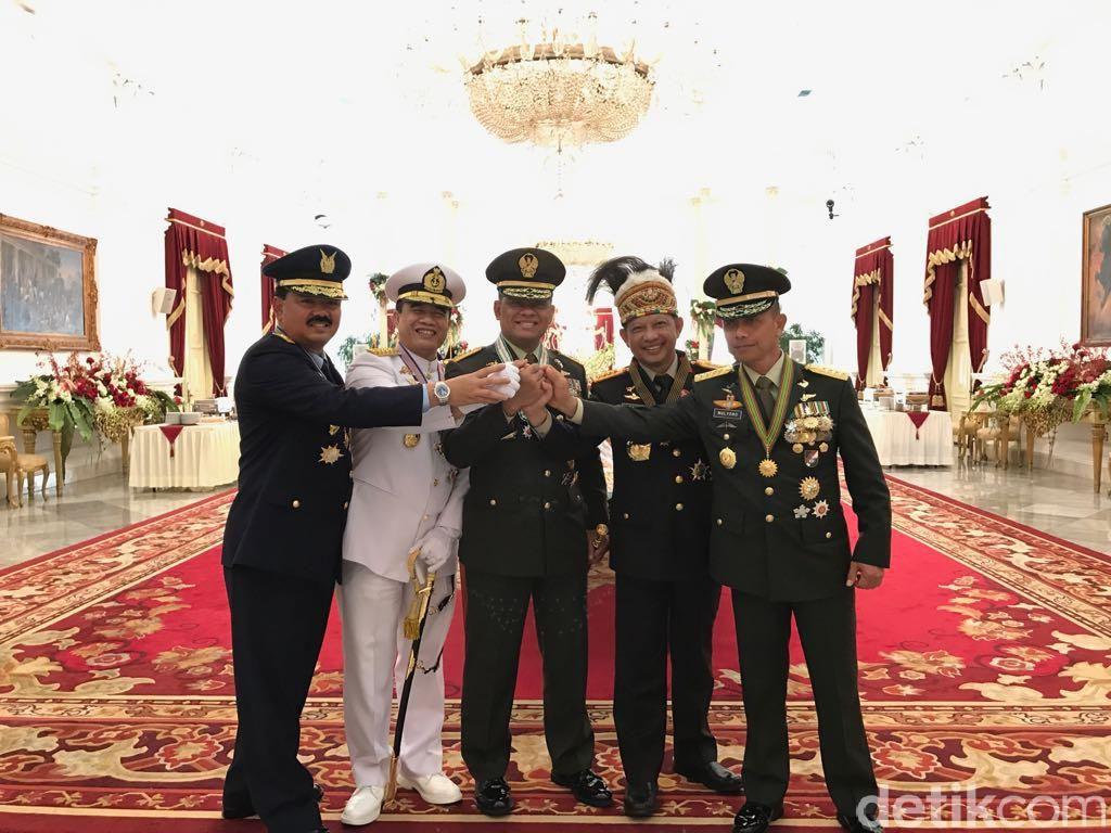 4 Jenderal TNI dan Kapolri Salam Kompak di Istana