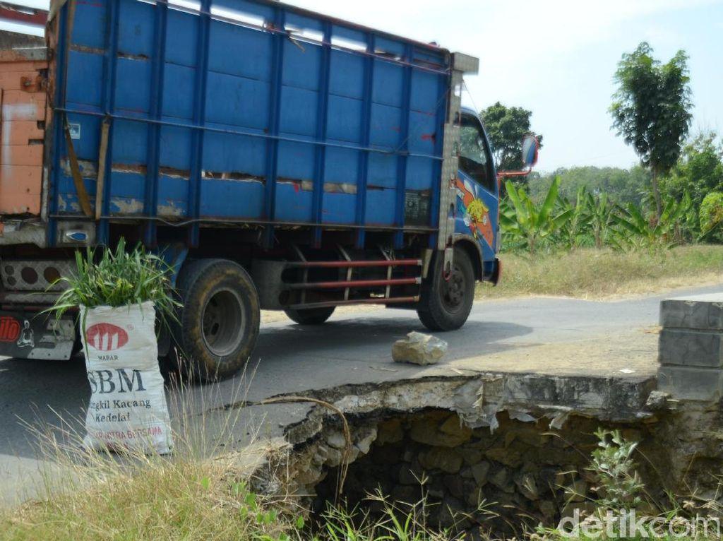 Lubang di Jembatan Rembang Ini Bertahun-tahun Tak Juga Diperbaiki