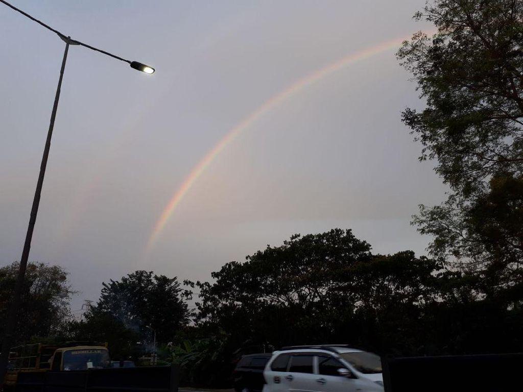 Ada Pelangi Kembar di Langit Surabaya, Fenomena Apa yang Terjadi?