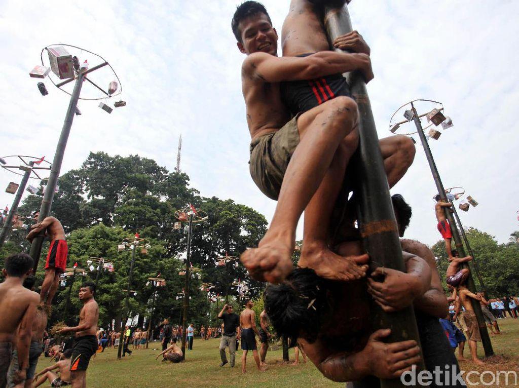 Ada Lomba Panjat Bambu di DPR, Apa Hadiahnya?