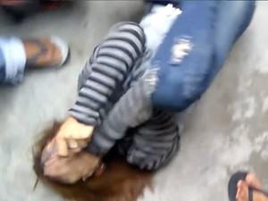 Viral Video Aksi Massa Pukul dan Tendang Wanita yang Diduga Mencuri