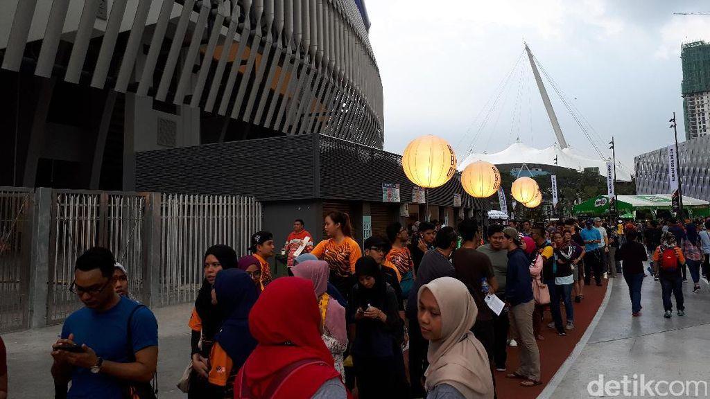 Pembukaan SEA Games Diserbu Masyarakat Malaysia...dan Hujan Deras