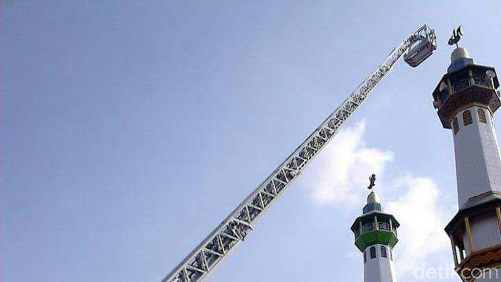 Pingsan Perbaiki Speaker di Menara Masjid, Kazim Dievakuasi Damkar